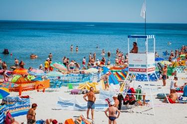 Zdjęcie główne #92 - Ważne znaki, które mogą uratować życie. Biała i czerwona flaga na kąpielisku – co oznaczają?